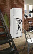 Sticker frigidaire Pin Up. Décoration de frigidaire réalisée en vinyle adhésif sur mesure, à vous de choisir la couleur qui s\'accordera le mieux à votre intérieur de cuisine. Sticker idéal pour rendre son frigo unique mais pourquoi pas poser cette Pin Up sur une armoire ou un autres supports lisses, à vous de voir.