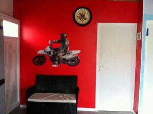 un sticker sur mesure une bonne idée pour décorer le mur de l'ado de la maison
