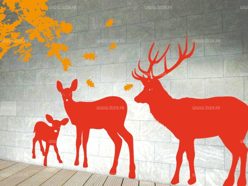 Sticker cerf découpé à la forme dans vinyle adhésif uni. Cette planche se compose d\'une famille de cerf comprenant le papa, la maman et le bébé.