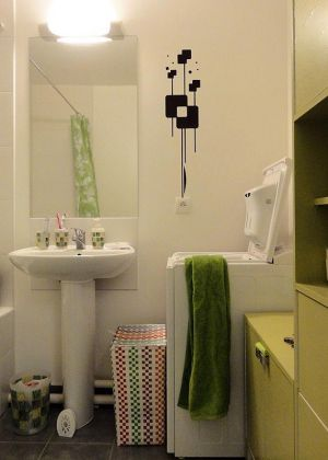 un sticker graphique dans la salle de bain, une bonne idée déco.
