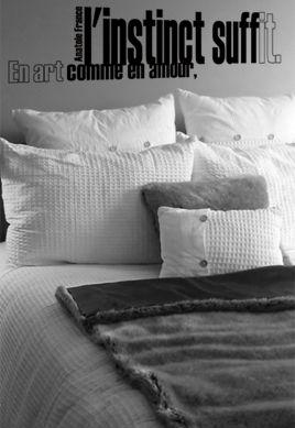 """Sticker citation \""""en art comme en amour l\'instinct suffit\"""" d\'Anatole France, sticker adhésif découpés à la forme dans vinyle de couleur unie, ce texte contemporain et d\'actualité trouvera une place unique dans votre intérieur, un futur grand classique."""