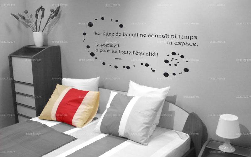 Sticker citation le r gne de la nuit le sommeil a for Stickers phrase chambre adulte