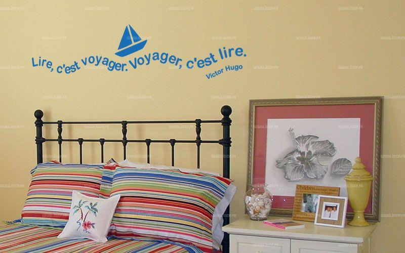 """Sticker citation \""""lire c\'est voyager...\"""" de Victor Hugo. Sticker adhésif découpés à la forme dans vinyle de couleur unie, ce sticker renversant trouvera une place unique dans votre intérieur."""