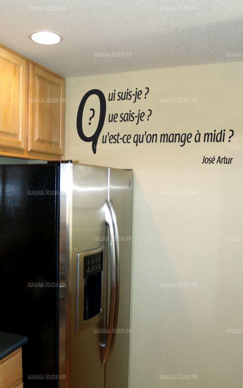 """Sticker citation \""""Qui suis je...\"""" de José Artur. Sticker adhésif découpés à la forme dans vinyle de couleur unie, ce visuel apportera une subtile touche d\'originalité dans votre intérieur."""