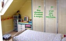 """Sticker citation \""""une chambre d\'enfant à ranger...\"""" de Daniel Pennac. Sticker adhésif découpés à la forme dans vinyle de couleur unie, ce sticker originale trouvera une place de choix dans votre intérieur."""