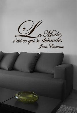 """Sticker citation \""""la mode c\'est ce qui se démode\"""" de Jean Cocteau. Sticker adhésif découpés à la forme dans vinyle de couleur unie, idéal pour les grands penseurs."""