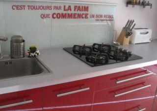 une citation ou un sticker et pourquoi pas un sticker citation pour habiller les murs de votre cuisine
