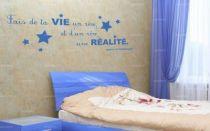 """Sticker citation \""""fais de ta vie un rêve...\"""" de Antoine de Saint-Exupéry. Sticker adhésif découpés à la forme dans vinyle de couleur unie, ce sticker renversant trouvera une place unique dans votre intérieur."""