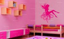 Sticker fée découpée à la forme dans vinyle de couleur unie. Vous pouvez créer le décor de vos rêves et mettre un peu de féerique dans la chambre de votre fille d\'un petit coup de raclette magique. Ce sticker fée est disponible dans plusieurs couleurs et dans plusieurs tailles.\r\nA vous de choisir le sticker fée qui correspondra le mieux au monde féerique que vous voulez créer pour vos enfants.