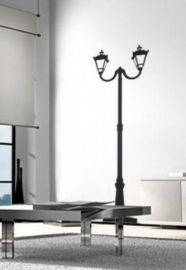 Sticker lampadaire parisien en vinyle adhésif uni découpé à la forme, idéal pour donner un air de Paris à votre intérieur.