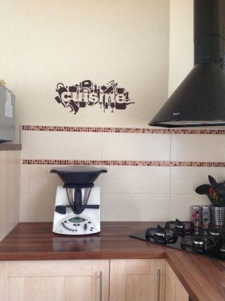 une idée simple pour décorer votre cuisine avec un sticker mural