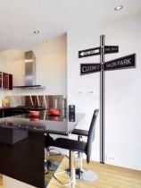Sticker mural panneau directionnel découpé à la forme dans vinyle de couleur unie. Il vous indiquera où se trouve le salon et la cuisine! Un sticker pour vous indiquer le chemin à suivre pour réussir votre décoration intérieure.