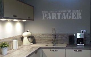 Un peu de texte sur le mur de votre cuisine, une bonne idée pour changer de déco.