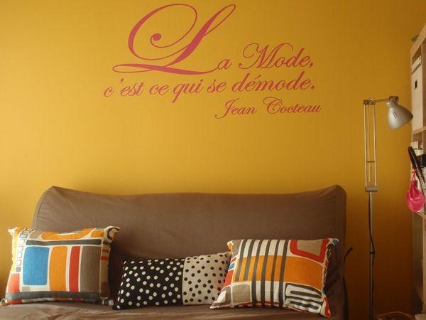 """Sticker citation \""""La mode c\'est ce qui se démode\"""" de Jean Cocteau."""