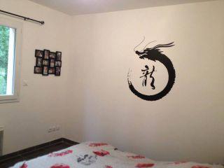 Un stickers dragon, une bonne idée pour décorer une chambre d'adulte.