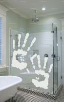 stickers main découpé à la forme dans vinyle adhésif uni. Une empreinte de main comme décoration murale, cela peut paraître simple sauf si il s\'agit d\'un autocollant très réaliste. La paume de la main et les doigts sont indépendants, pas de matière entre. Cet adhésif décoratif main est idéal pour être poser sur une paroi de douche par exemple.