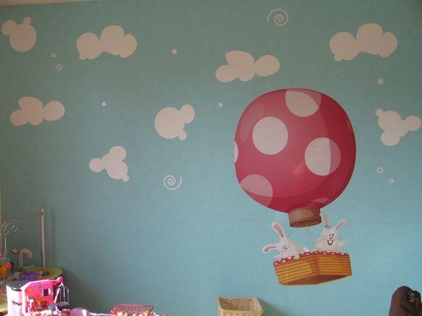 Stickers nuages enchantés dans une chambre d\'enfant avec une montgolfière. En vente sur Idzif.com