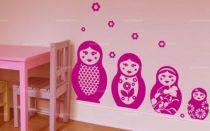 stickers poupées russes. Quatre stickers poupées russes et neuf fleurs découpés à la forme dans vinyle de couleur unie.