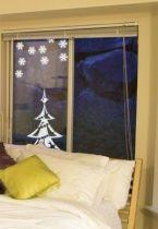 stickers sapin avec ses étoiles découpé à la forme dans vinyle adhésif uni. iDzif s\'invite chez vous en cette période festive en vous proposant une gamme de visuels sur le thème de noël. Ce visuel habillera vos fenêtres de manière originale pour les fêtes de fin d\'année.