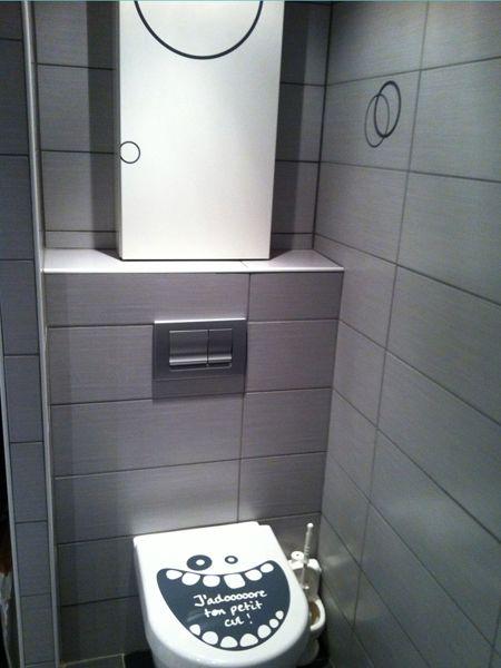 """stickers WC j\'adoooore !! Le sticker \""""j\'adore ton petit cul\"""" donnera une touche d\'humour à votre abattant de toilette"""